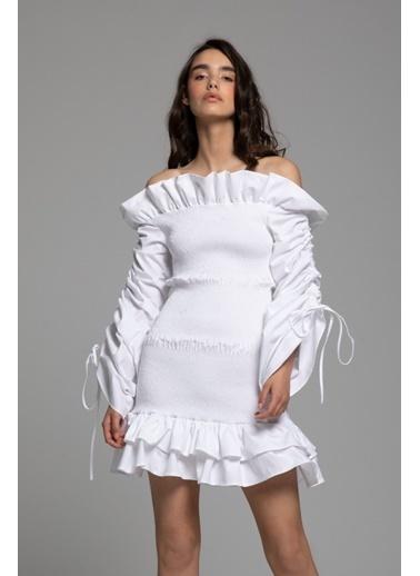 Tuba Ergin Kol Büzgü Detaylı Yaka ve Etek Volanlı Mini Kawai Elbise Beyaz